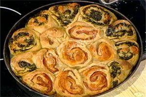 Preparate la pasta per la pizza, impastando la farina con l'acqua, il lievito e il sale in una ciotola, poi continuate a impastare sulla spi