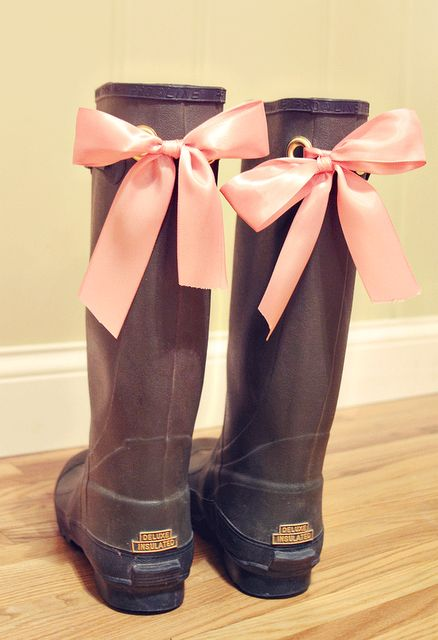 diy boots & bows HAHA this is the cutest. Thanks for the pin Morgan. You guys should do this for a picture at the farm show or something!