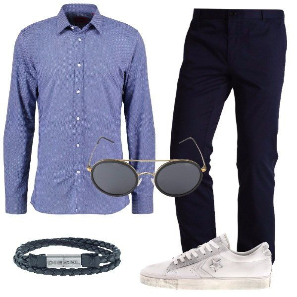 Outfit da uomo, composto da camicia slim fit blu chiaro con collo kent, pantalone blu scuro monocromo con vita normale e sneakers bassa bianca in pelle. Per gli accessori ho scelto un bracciale grigio scuro intrecciato e occhiali da sole ovali neri.