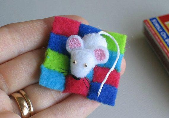 Miniatura de ratón blanco fieltro peluche en caja de cerillas