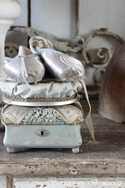 antique French boxes and ballet shoes. #Ballet_beautie #sur_les_pointes Ballet_beautie, sur les pointes !