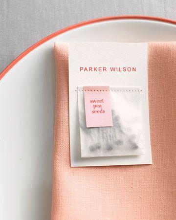 Quelques graines de votre fleur préférée glissées dans un petit sachet + une couture machine sur un joli bristol blanc = un marque place plein de poésie.