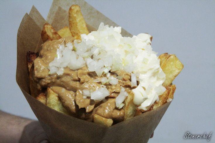 War Fries: Frytki z sosem orzechowym i majonezem