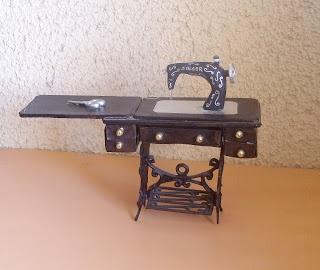 DIY miniature sewing machine ~ polymer clay machine + binder cardboard (or similar) + assorted materials (e.g. metal coffee seal) | Source: Las Miniaturas de Kiantei