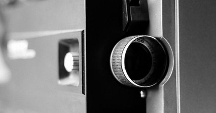 """Cómo convertir películas Súper 8 a DVD. El formato de película Súper 8mm, que se originó en la décadas de los 60's, fue muy popular. Las películas de este tipo eran capaces de capturar más imágenes que las estándar de 8mm y por eso se les llamó """"Súper 8mm"""". Estas películas y las cámaras de rollos perdieron público cuando las cintas de video comenzaron a circular lentamente en el ..."""