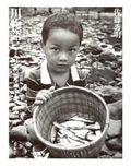 『川物語/日本の川を旅する』川から人はやってきた すべての風景は移ろい、失われていくだけなのか──。『日本の川を旅する』で撮り歩いた懐かしき川辺たち..........野田知佑さんと日本の川を旅して歩いてから25年もたってしまった。旅行誌に連載するための旅だった。その時に撮った写真のいくつかは、もう見ることの出来ないなつかしいものだ。日本の山河が経済成長と共に、いたる場所で破壊され変化を遂げていた最中の取材だったことがこの写真を見て実感する。そんな激しく変化する自然の惨状に心をいためながら、のんびりと旅する野田さんの姿にとても感銘を受けたものである。    ある日、千曲川のある橋の下で待ち合わせをした。東京から駆けつけてみると、野田さんは橋の下でホームレスたちと語りあっていた。しばらく野田さんもそこで一緒に生活していたらしい。  土手に姿を現した野田さんはスス臭かったものだ。そして僕は彼らに紹介された。「カメラマンの佐藤さんです」。僕は照れながら「今日ワ」とあいさつをした。(佐藤秀明)photo by Hideaki Sato.