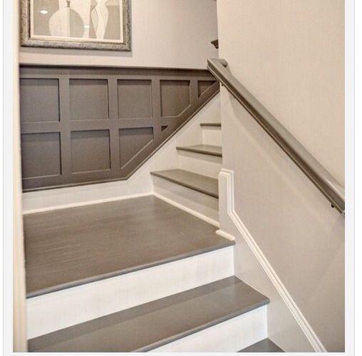 Escalier gris et blanc