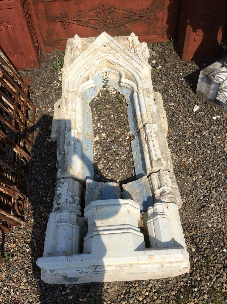 Witstenen gotisch nisje.... Te koop bij Medussa Heist op den berg