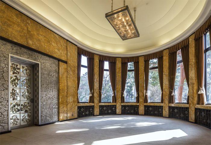 円形の大食堂です。大きな窓が開放感を与えてくれます。主に会食時に使用されていたそうです。ルネ・ラリック作のパイナップルとザクロをモチーフにしたシャンデリアが輝いています。