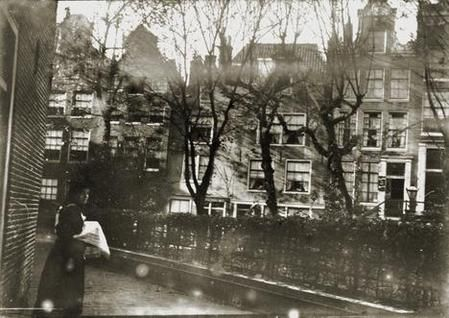 Begijnhof Amsterdam, photographed by Breitner between 1896 and 1904. Very little has changed.....