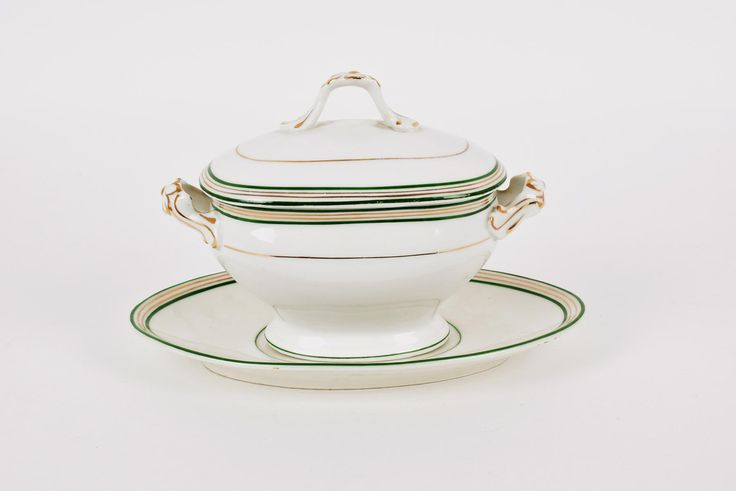 Terrina pequena oval com travessa porcelana da Fábrica da Vista Alegre, decoração com filetes verdes e dourados, portuguesa, marca nº 26 (1881-1921)