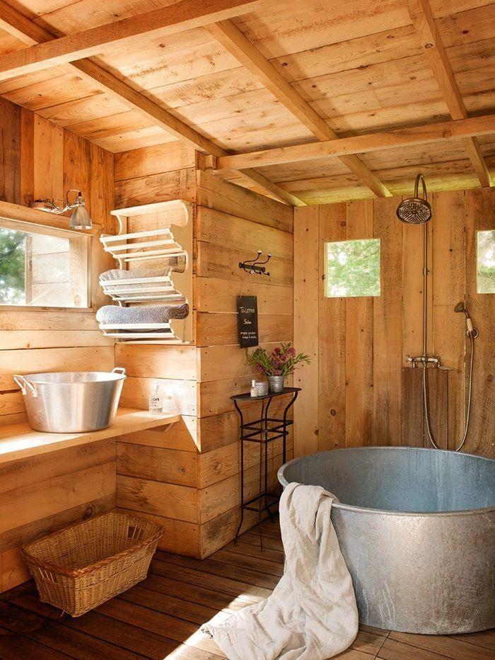 salle de bain rustique, baignoire métallique ronde et revêtement en bois