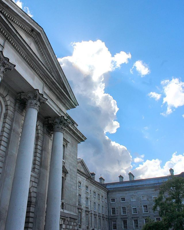 El clima en Irlanda es mas cambiante que mi humor.  Eso es un montón. 🙆🍀 #Travel #trip #irlanda #ireland #dublin  #trinitycollege #traveling #travelgram #instatravel #view #wanderlust #love #canon #TeamCanon #traveladdict #traveller #vscotravel #cityscape #instagood #tbt #photooftheday #instadaily #instagood #vscocam #fernweh #lonelyplanet #skyporn #architecture #architecturephotography #eurotrip by noe.bru. dublin #view #cityscape #traveladdict #love #lonelyplanet #architecturephotography…