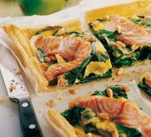 Blechkuchen mit Lachs und Mangold