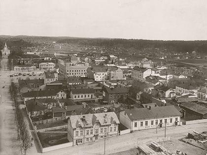 Lahden keskusta kaupungintalolta pohjoiseen, taustalla vanha puukirkko rak. 1890, purettiin 1977 ...