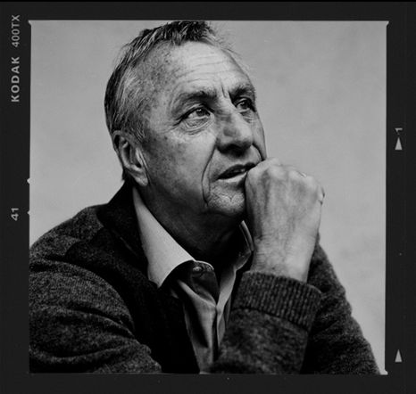 Ter ere van zijn 65e verjaardag werd Johan Cruijff vereeuwigd door Anton Corbijn. Mooie portretten in de zo kenmerkende Corbijn-sfeer. Over de bestuurlijke kwaliteiten van JC valt te twisten, maar het feit dat de foto's schitterend zijn staat buiten...