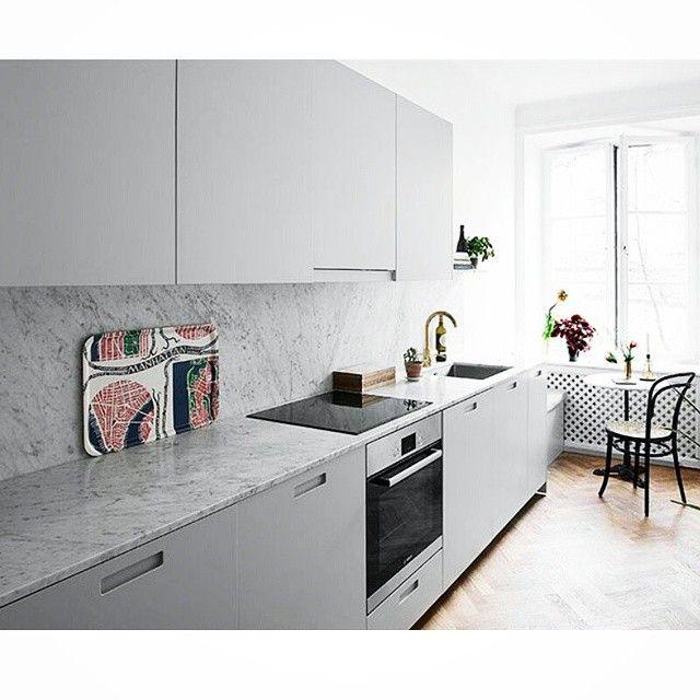 Grå köksluckor med grepp 3 #grepp3 #gray #grå #marmor #marble #biancocarrara #bianco #carrara #mässing #brass #tapwell #köksblandare #köksluckor #kitchendoors #exklusiv #exclusive #ikea #kitchen #kök #köksrenovering #kökinspiration #interior #interiör #inspiration #decoration #decor #nordic #design #design