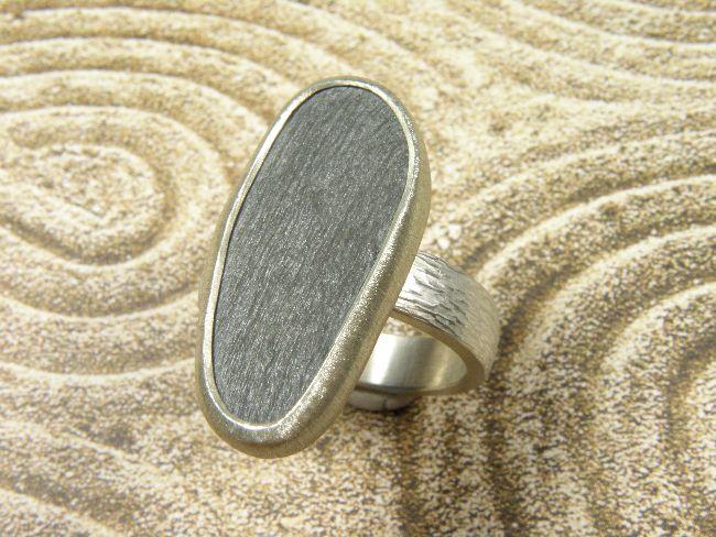 * ringen | oogst-sieraden * Ring * Ovale leisteen gezet in zilver op bolle ring met hamerslag * Unicum *