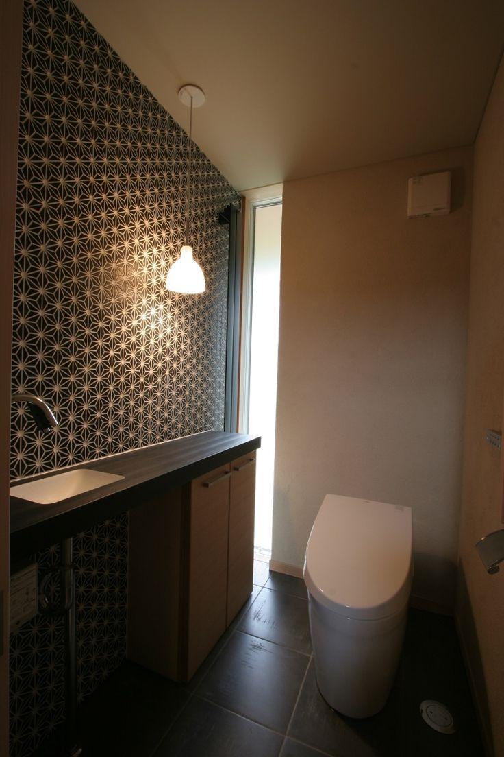 """麻の葉のタイル This is a minimal design: an 'unobtrusive faucet' with recessed bowl ( it doesn't scream """"I'm minimal', or doubly so), shallow counter, 'quiet' electric lighting paired with daylight and 'simple' toilet, all in just enough space - just enough."""