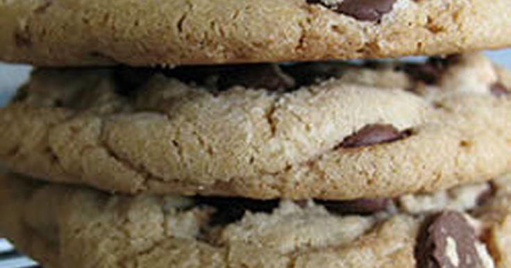 アメリカに来てからたくさんクッキーを試したけどこれが絶っっっ対一番!私の地域の新聞でランクナンバー1だったレシピです。ぶ厚くてやわらかぁ~いクッキーをどーぞ☆粉もふるわなくていいし、混ぜるだけで簡単にできちゃいます~