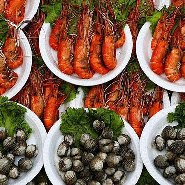 Мини-руководство по морепродуктам Таиланда  Лучшие из морепродуктов подаются целыми, потому что это суть совместной трапезы в стиле истиной тайской семьи. На Пхукете местные лобстеры или кунг мангкорн (kung mungkorn) – хедлайнеры каждого меню авторитетного ресторана морепродуктов. Есть несколько видов лобстеров, но чаще можно встретить семицветного омара или (Seven Colored Phuket Lobster). Стоят они 1 800 – 2 500 бат за килограмм в зависимости от размера. Креветки присутствуют во всех…