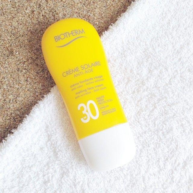 Crème fondante visage, Anti rides - taches solaires de #biotherm Les rayons UV sont responsables de 80% des signes visibles du vieillissement. Cette crème solaire anti-âge Biotherm protège la peau des rayons UV pour lutter contre le vieillissement lié aux rayons du soleil comme les rides, les taches et la déshydratation. #sun #beach #summer #easyparapharmacie #frenchpharmacy et n'oubliez pas le hashtag #easyparasoleil pour nous envoyer vos plus belles photos de ciel bleu et de sable blanc !!