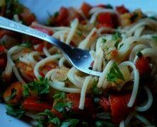 Podsuwamy Wam propozycję na dzisiejszy obiad. Prosto, szybko, smacznie, tanio. Korzystajmy z sezonu najlepiej, jak tylko się da. Żeby witamin w naszym ciele wystarczyło aż do wiosny! :) Przepis na http://mlodywschod.pl/kuchnia-2/spaghetti-prosto-z-ogrodu/.