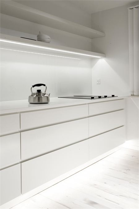 Copenhagen Penthouse - minimalistic white kitchen (foto: Jonas Bjerre-Poulsen)