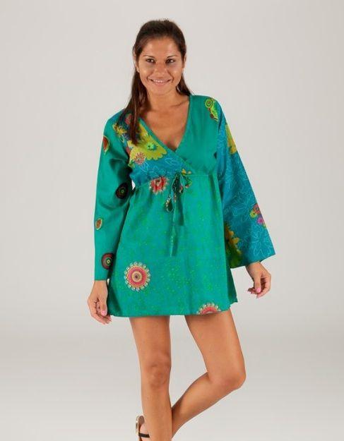 Tunica in cotone, stile spagnolo, colore principale verde. Scollo a V con fiocco frontale. Taglia M/L. Condividi con i tuoi amici