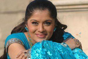 Formada em economia em uma Universidade de Mumbai, Sudha sofreu um acidente e perdeu uma das pernas. Com uma prótese no lugar, a indiana não desistiu de seu hobby e se tornou uma das maiores dançarinas indianas de todos os tempos e recebeu convites para se apresentar em vários países.