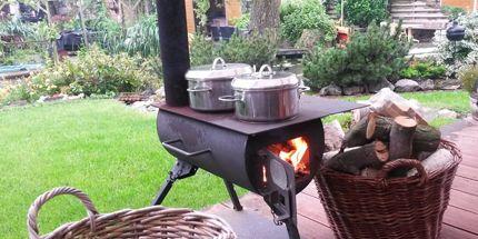 Eenvoudige, maar zeer effectieve houtkachel. Geeft warmte en je kunt er op koken.  Geschikt voor op de camping, volkstuin, in een schuurtje, kas of bij de (herfst)picknick. Met vlakke warmhoudplaat en opvouwbare pootjes.  De pijp is demontabel en past in de kachel!   Met handig handvat om goed te kunnen dragen. Oorspronkelijk ontwikkeld om te overleven in rampgebieden (warmte en koken).