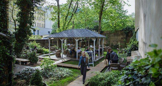Kdo by tu čekal romantickou zahradu s altánem? A přece tu je, hned naproti Lucerně, ve Vodičkově 35.