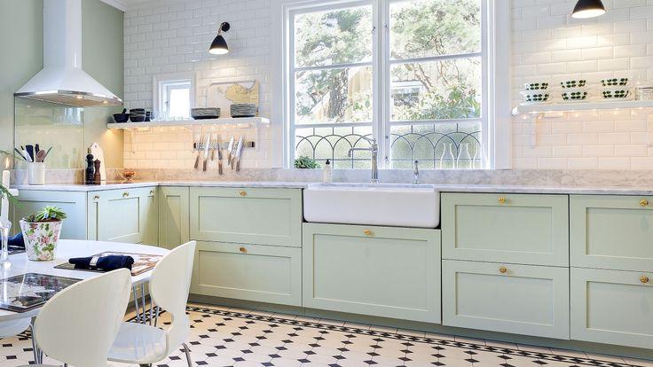 Ljusgrönt kök med ramlucka