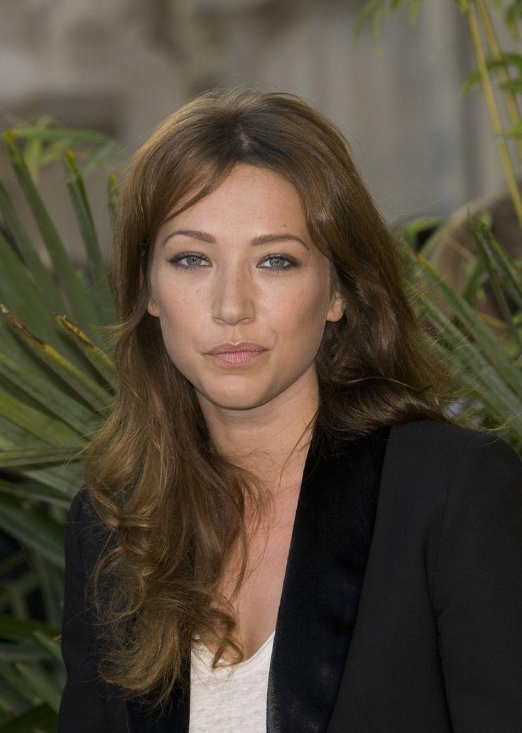 Laura Smet (née le 15 novembre 1983 à Neuilly-sur-Seine) est une actrice et chanteuse française.  Fille de Nathalie Baye et Johnny Hallyday, elle est la demi-sœur de David Hallyday, de Jade et Joy, enfants adoptifs de son père.