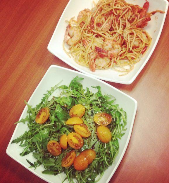 salata de rucola, busuioc, rosii cherry + spaghete integrale cu creveti si sos de rosii cu usturoi