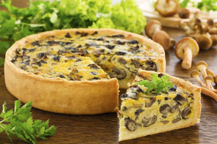 Pocas cosas son más livianas para almorzar o cenar que una tarta. Pero a veces caemos siempre en las mismas ideas para el relleno, y no siempre son las opciones más saludables las que ganan. Por eso compartimos contigo estas recetas de tartas saludables que te encantarán.1. Tarta de zapallitos verdes y mozzarellaCom