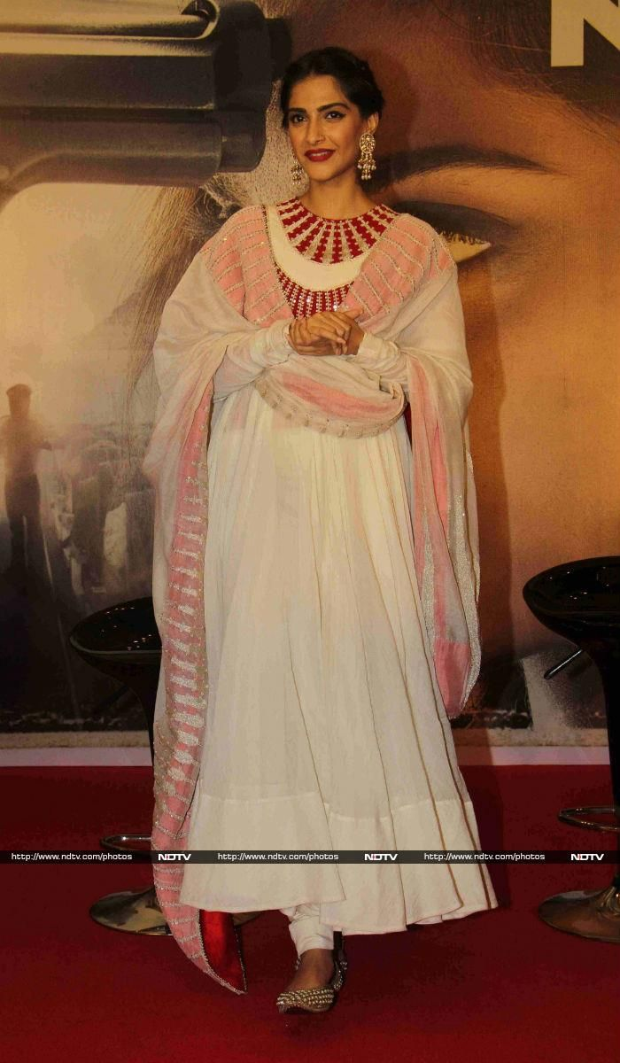 Sonam looked stunning in an Anamika Khanna suit.