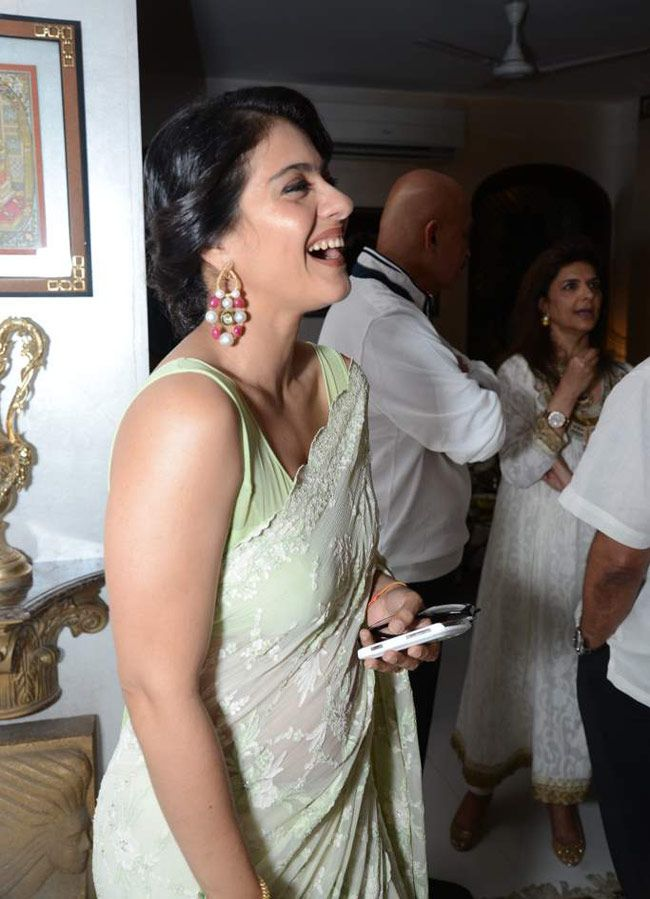 Kajol looking beautiful in a mint green saree at Sanjay Khan's Iftar bash. #Bollywood #Fashion