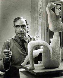 HENRI LAURENS Henri Laurens, sculpteur, dans son atelier