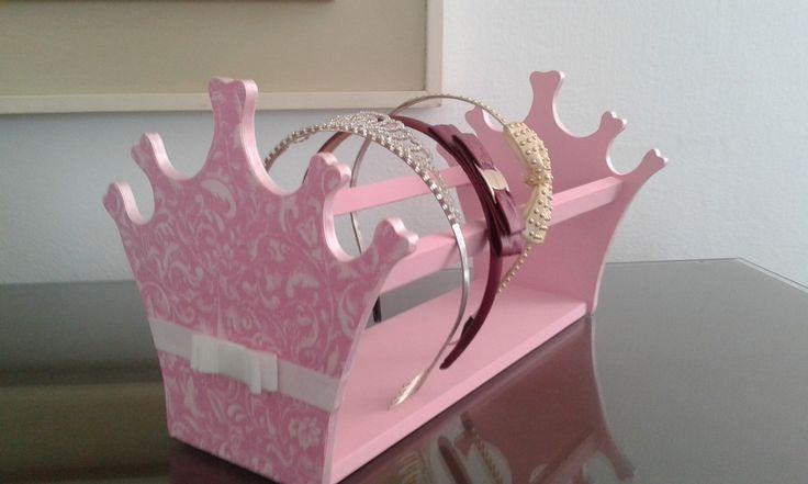 Peça feita em MDF revestida em Tecido ou pintada. Perfeita para organização das tiaras das princesas!! Feito sob encomenda, na cor e estampa de tecido conforme DISPONIBILIDADE EM ESTOQUE.