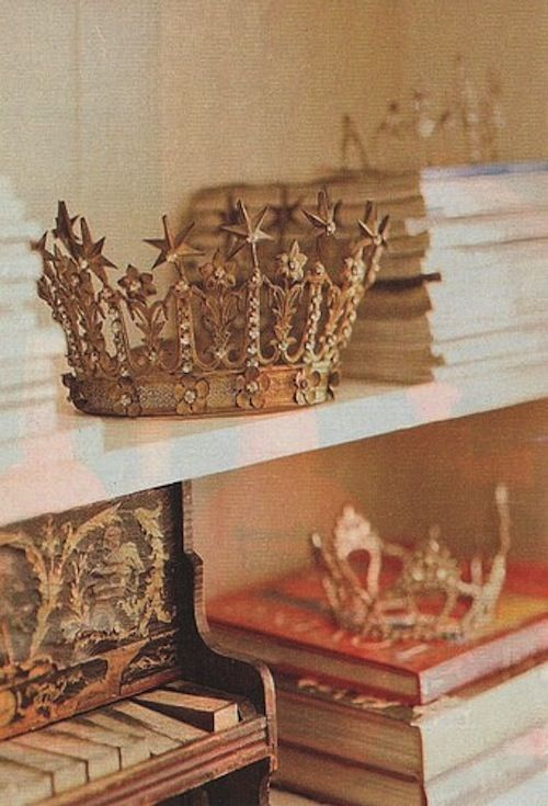 Guinevere MUST have crowns in her nursery!  After all, she is named for a Queen :)