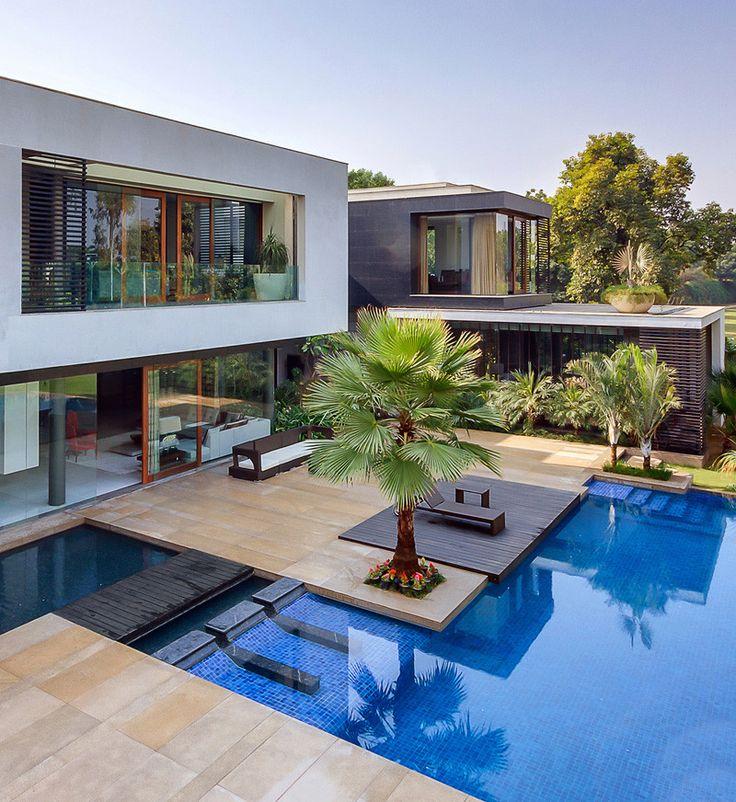Linhas retas e piscina que contorna a casa