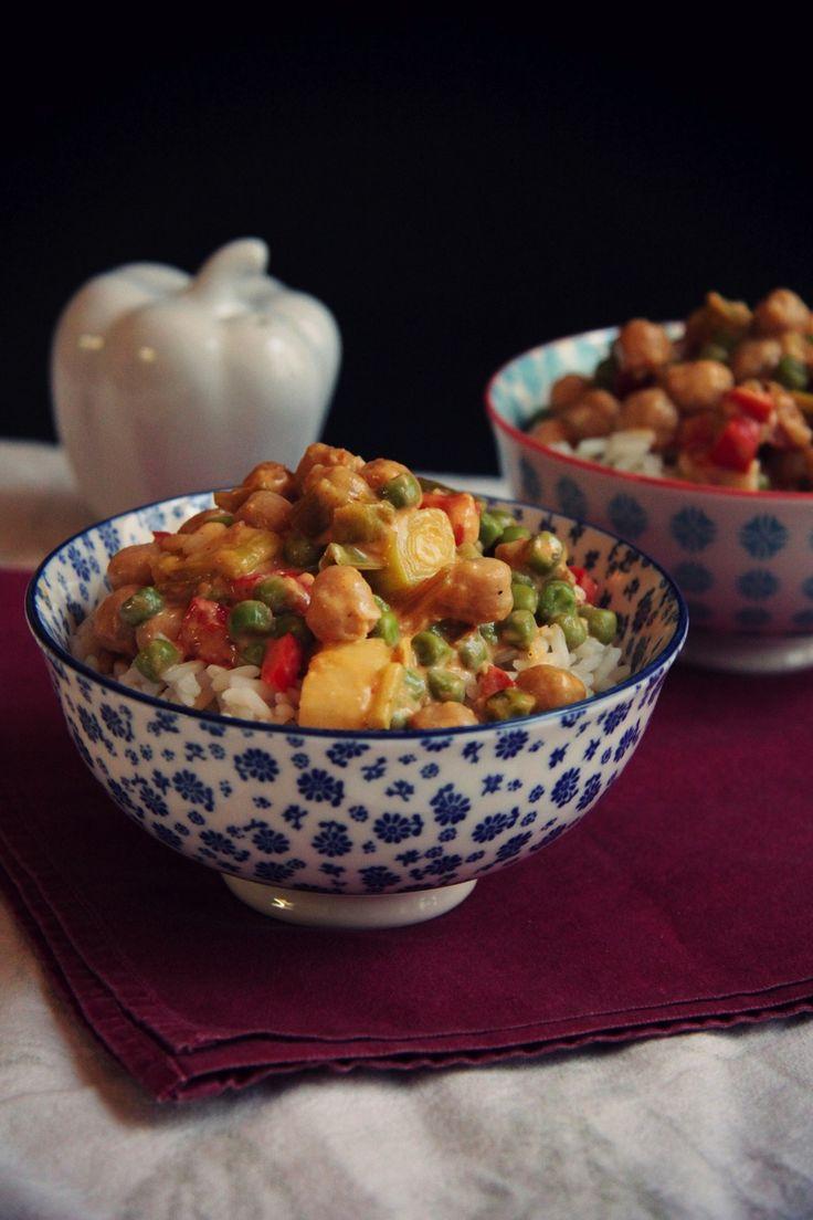 """Parfois, il suffit de savoir saupoudrer la bonne dose d'épices pour pouvoir  voyager un peu en faisant la cuisine. C'est le cas ici, avec ce curry bien  réconfortant et très nourrissant. Une touche de curry, et de lait de coco  et le tour est joué. Un repas copieux qui saura ravir même les palais les  plus délicats de ceux qui """"n'aiment pas les légumes"""" (Bruno?...)  Pour 2 à 4 bonnes portions  Recette rapide:30 MINUTES      * 2-3 cuillères à soupe d'huile d'olive (ou de noix de coco)…"""