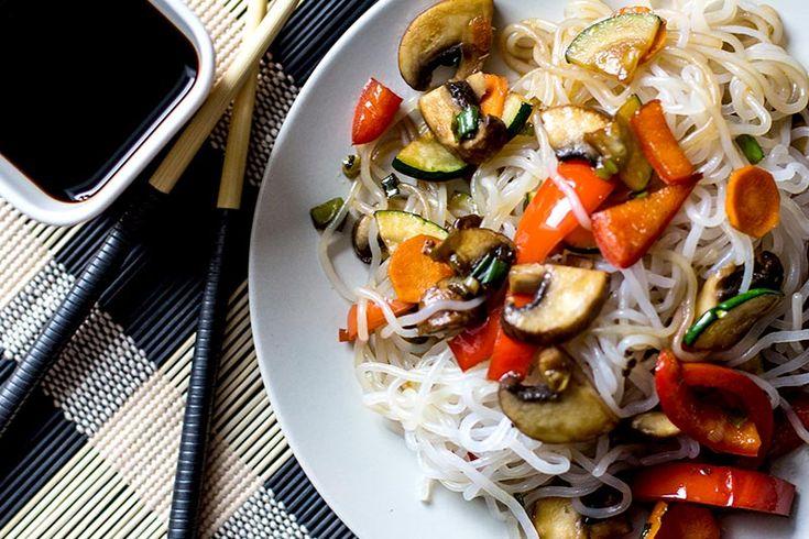 Konjak-Spaghetti in Soja-Gemüse  Wir-Essen-Gesund.de / Kaum ein Nudelrezept geht schneller als jene mit Konjak-Nudeln. Besser noch: Konjak-Nudeln sind nicht nur in zwei Minuten fertig, sie haben auch eigentlich keine Kalorien! #Rezepte #Vegan