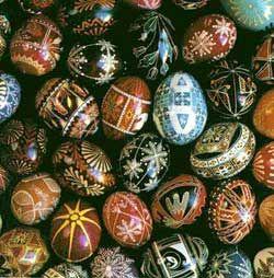 """Na Roma antiga, nas festas de primavera, as mulheres casadas vestiam-se de branco e carregavam o ovo que era dedicado aos seres protetores da agricultura. Os hebreus na Páscoa, comiam ovos cozidos. Os celtas ofereciam ovos pintados de vermelho, simbolizando o sangue derramado por Cristo. Chineses, há tempos atrás, distribuíam ovos coloridos entre amigos durante a primavera representando revigorar a vida. Os pagãos (especialmente ucranianos) tinham o costume da """"arte de decorar ovos"""", ..."""