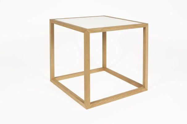 Sixto kubebord fra Nicolaj Bo™. Designet af Thor Høy. Stel i massiv egetræ. Bordplader i lys og sort linoleum. Kan vendes.