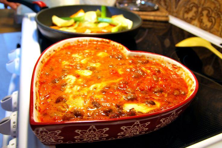 Bönor i tomatsås.  Jättegoda borlottibönor som har blandats med mozzarellaost och sedan gratinerats i ugnen. Passar bra till en pasta eller bara som det är med en god brödskiva!       http://intebarasallad.se/gratinerade-bonor-i-tomatsas/