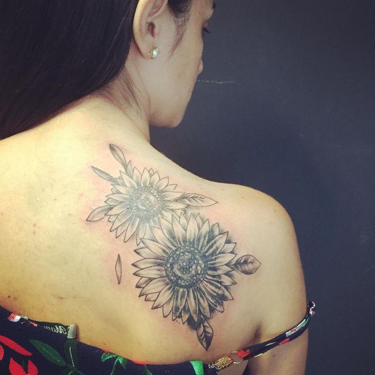 Tatuagem de girassol nas costas sombreado para cobrir uma tatuagem antiga de uma coruja. #submundotattoo #tatua… em 2020 | Tatuagem de girassol, Tatuagem, Tatuagens antigas