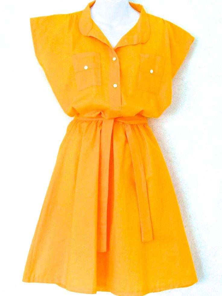 Gul Scandicool kjole , elastik i taljen , løst bælte og pyntelommer  100 % bomuld  fås i S - M - L    899 kr