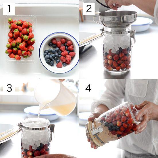 色々なベリーを組み合わせて作るとかわいい♪ベリーのサワーシロップ。料理家・たくまたまえさんに教わる、フルーツシロップのレシピをお届けしています。本日はイチゴやブルーベリーなど、数種のベリーを使ったシロ